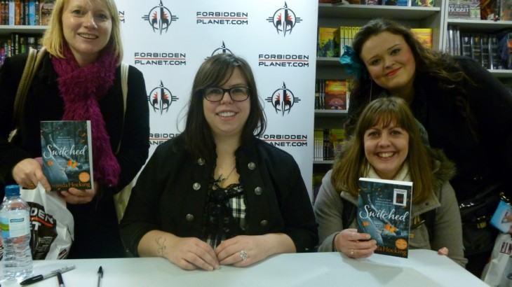 Amanda Hocking e leitoras, numa sessão de autógrafos em Londres.