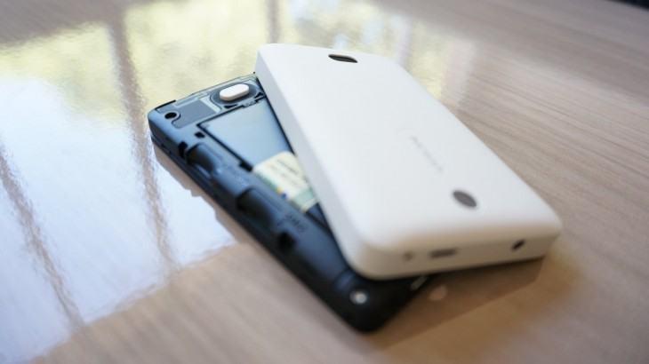 Asha 501 é um celular dual SIM -- aceita dois chips de operadoras.