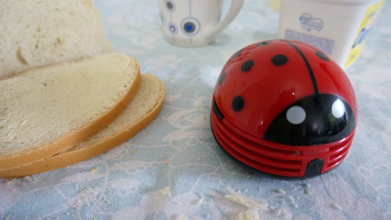 Pão, margarina, café e um aspirador de pó portátil.