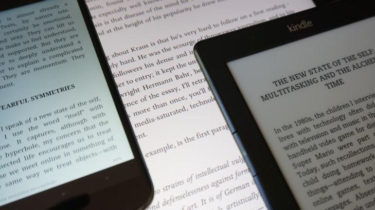 Smartphone, tablet e ereader: todos prontos para a leitura.