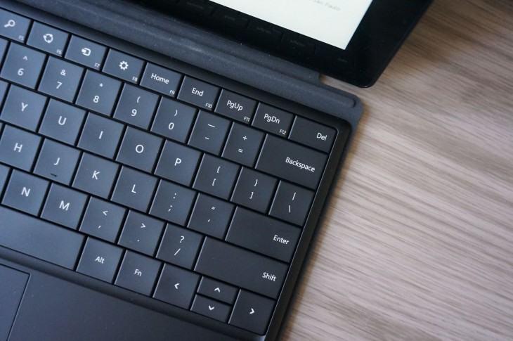 Foto de cima da Type Cover anexada a um Surface Pro.