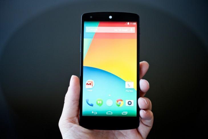 Nexus 5 na mão.