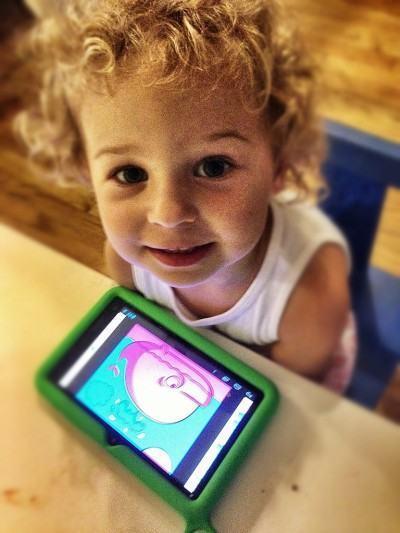 Criança usando um tablet educacional.
