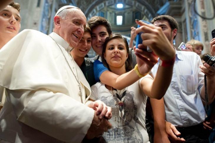 Papa Francisco adere ao selfie.