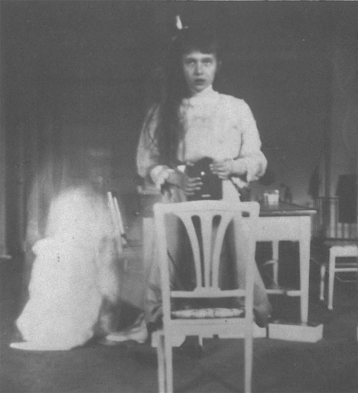 A Grã-duquesa Anastasia Nikolaevna fazendo um selfie em 1914.