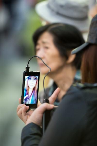 Mulher fazendo um selfie.