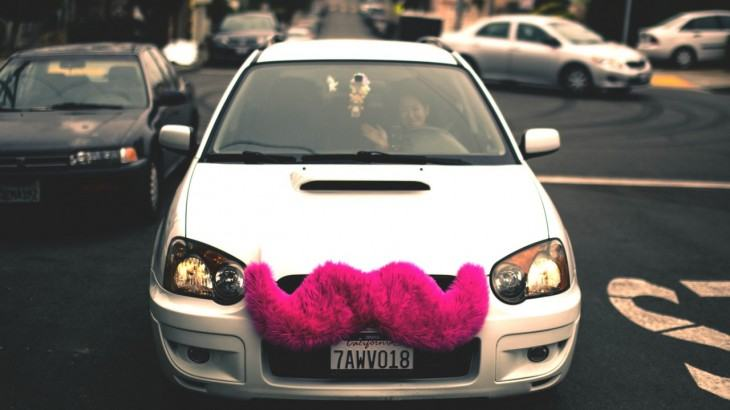 O bigode rosa que identifica os carros do Lyft.