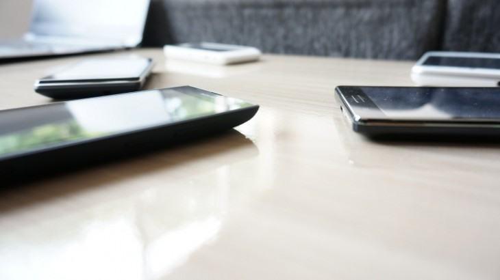 Um punhado de smartphones na mesa.