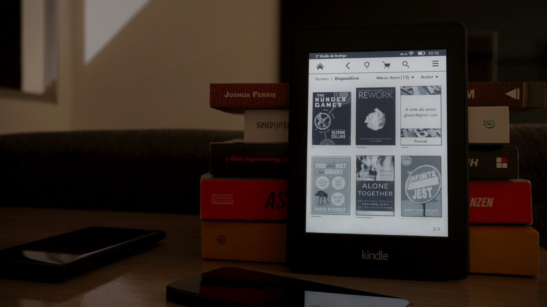 Livros digitais e de papel convivem lado a lado.