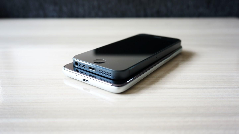 Comparação entre iPhone 5 e One Touch Idol.