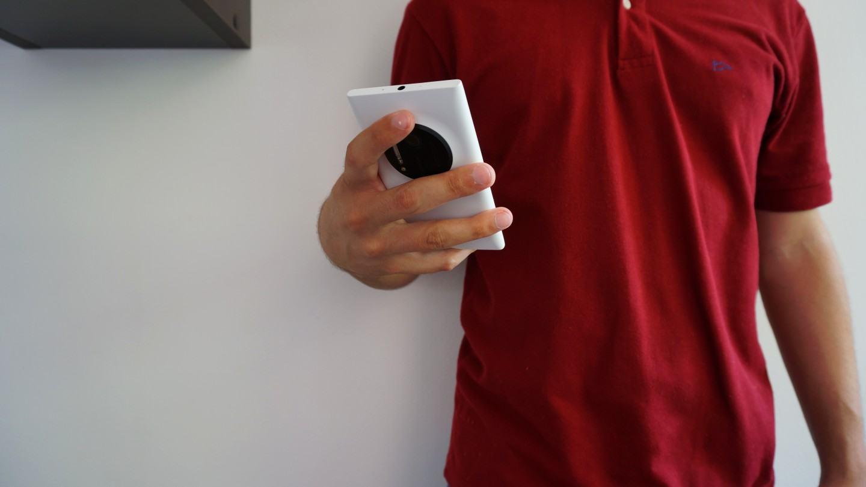 Segurando o Lumia 1020.