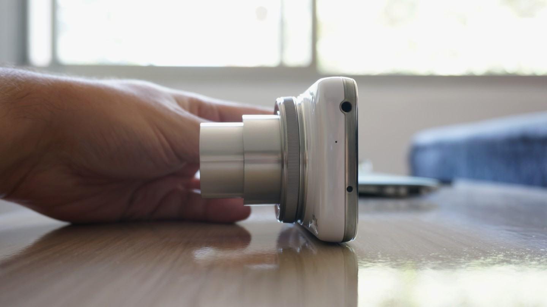 A lente com zoom máximo.