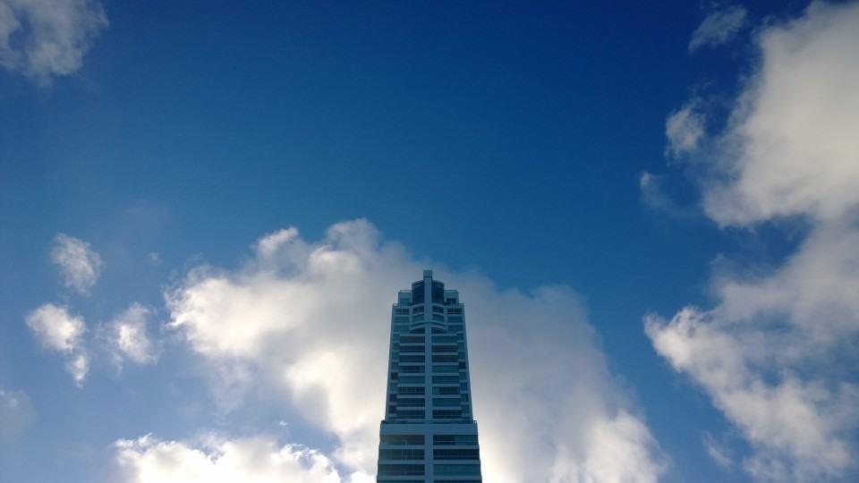 Prédio contra o céu azul, foto feita com o Lumia 1020.