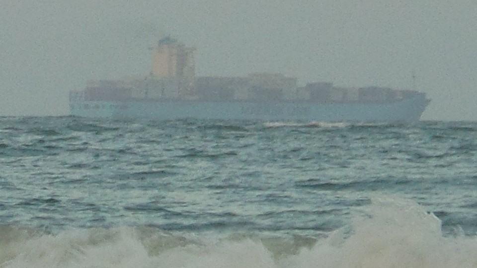 Navio perdido no meio do ar.