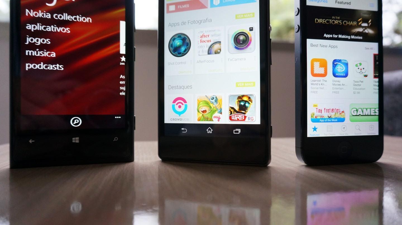 Lumia 920, Xperia Z1 e iPhone 5 com suas lojas de apps abertas.