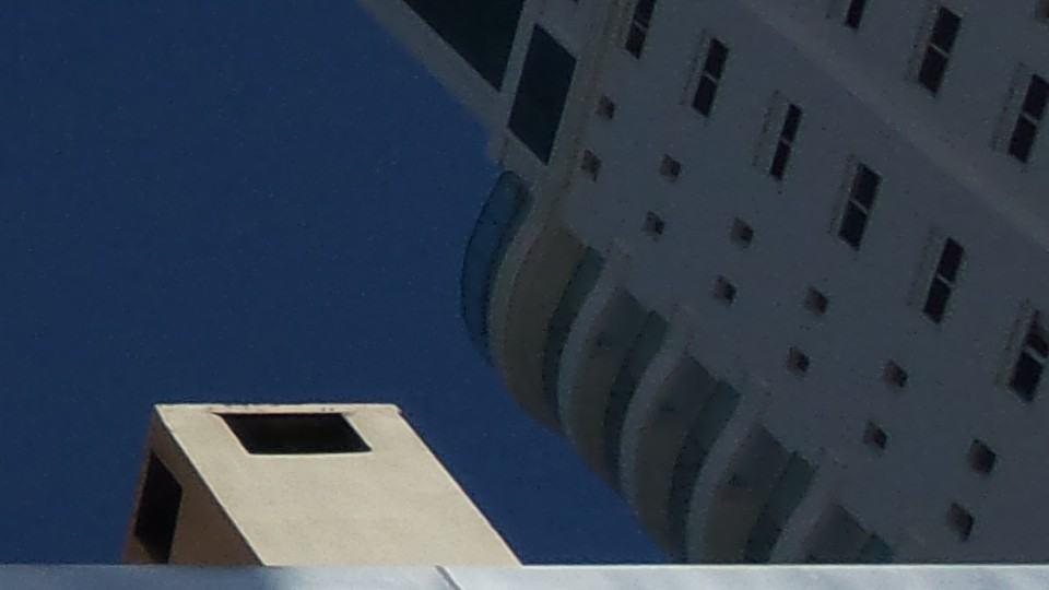 Ruído na sombra de um prédio.