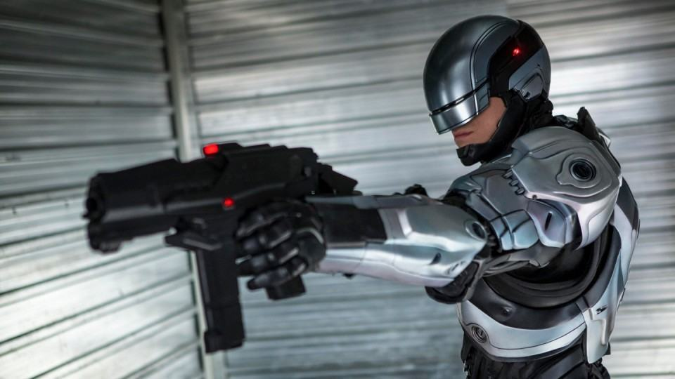 RoboCop ainda com o traje prata.