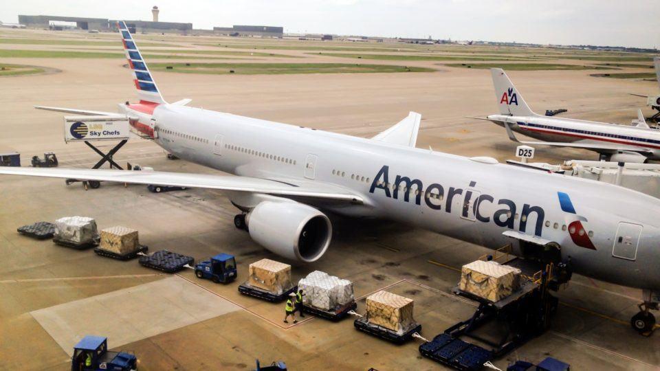 Avião da American Airlines em solo.