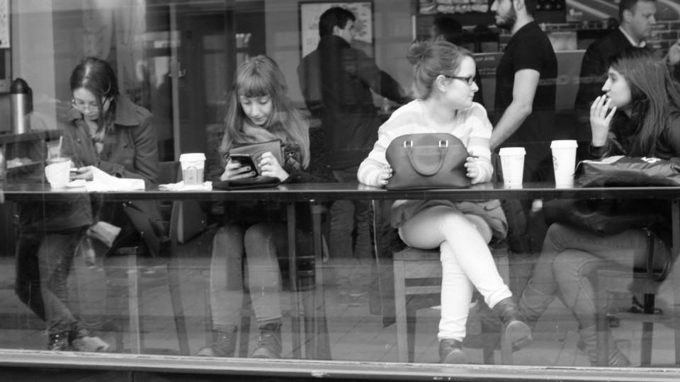 Fachada de uma Starbucks em Londres.