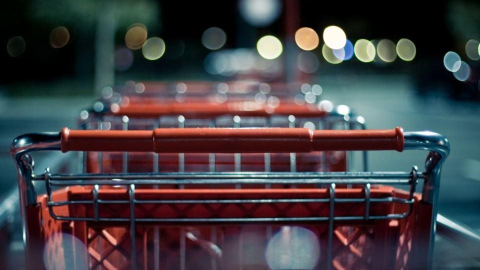 Carrinhos de compras à noite.