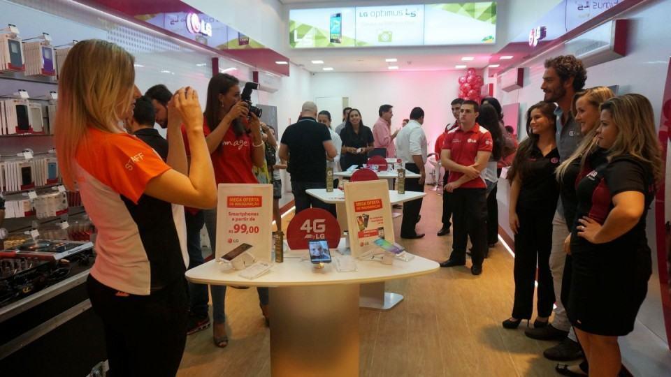 Diego Cristo tira fotos com fãs no interior da LG Mobile Store, em Maringá-PR.
