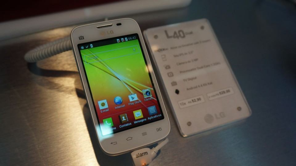 LG40: Android 4.4 com 512 MB de RAM.