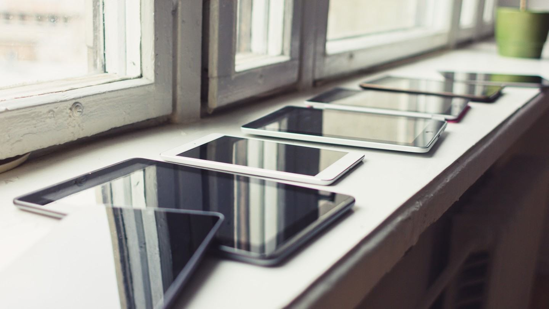 Tablets sobre uma bancada.