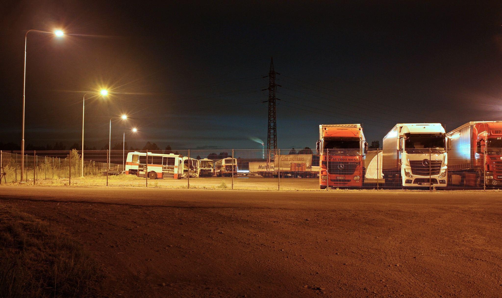 Caminhões estacionados à noite.