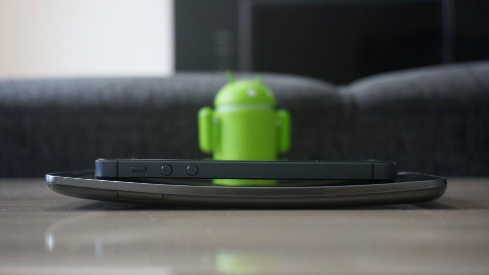 Para demonstrar a tela curva, um iPhone em cima do G Flex.