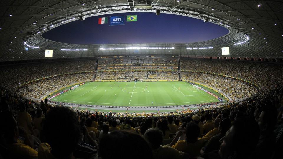 Bela foto de um estádio lotado.