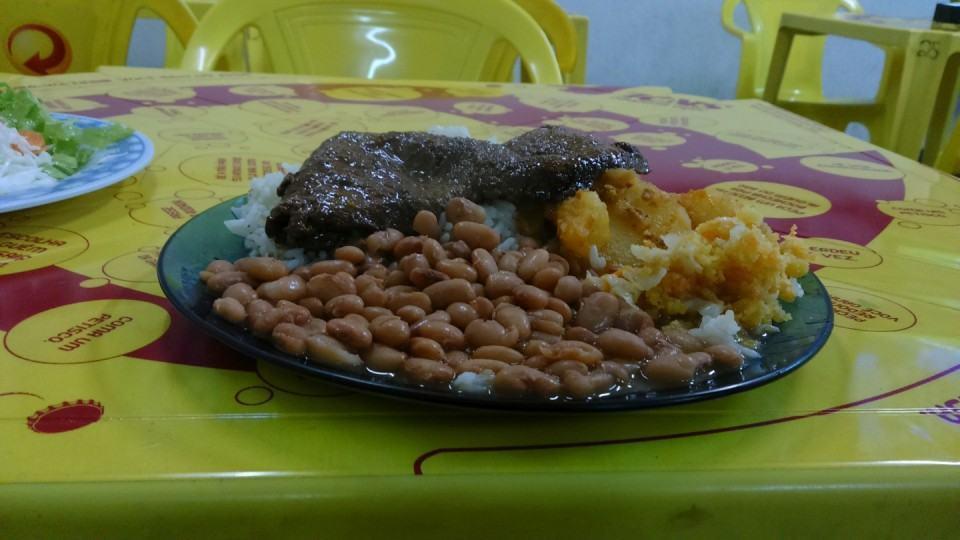 Foto de amostra: prato feito na mesa do restaurante.