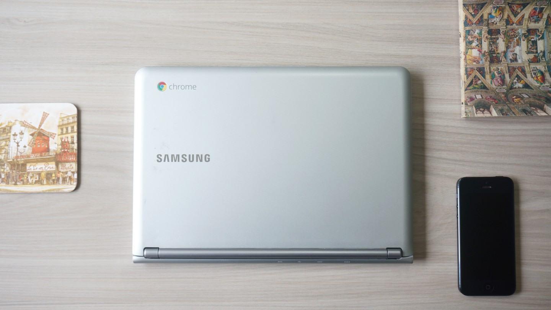 Chromebook na mesa.