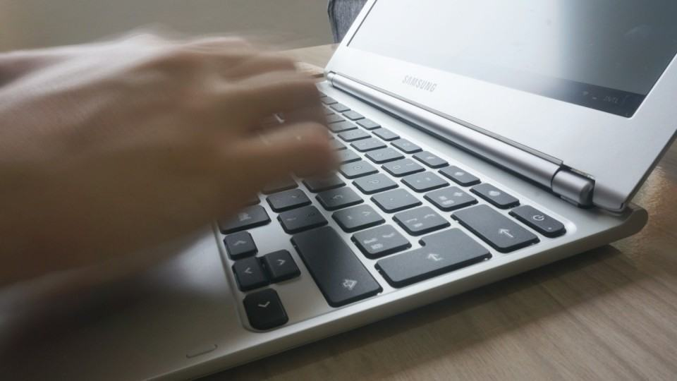 Digitação tranquila no Chromebook da Samsung.