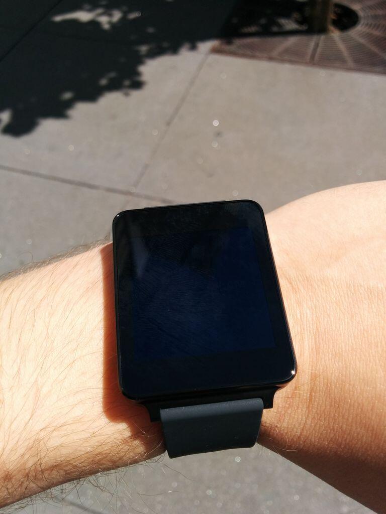 Não dá para ver a tela do G Watch no Sol.