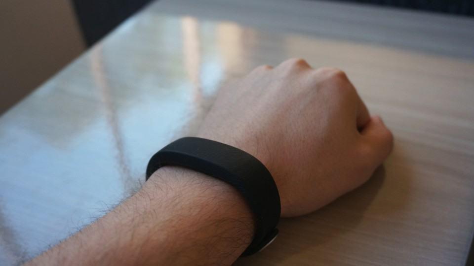 No braço, a SmartBand é discreta.
