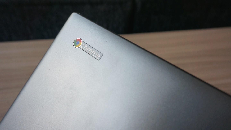 Detalhe na tampa do Acer C710.