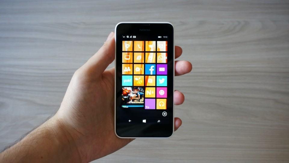A tela de 4,3 polegadas deixa o aparelho compacto.