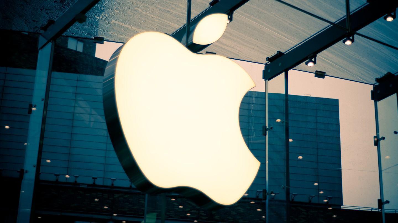 Logo da Apple em uma fachada.