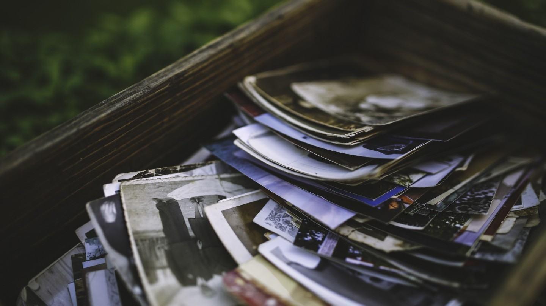 Fotos impressas em uma caixa.