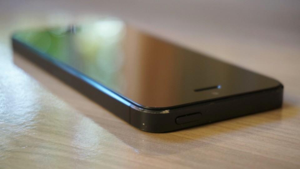 iPhone 5 com a borda chanfrada descascada.