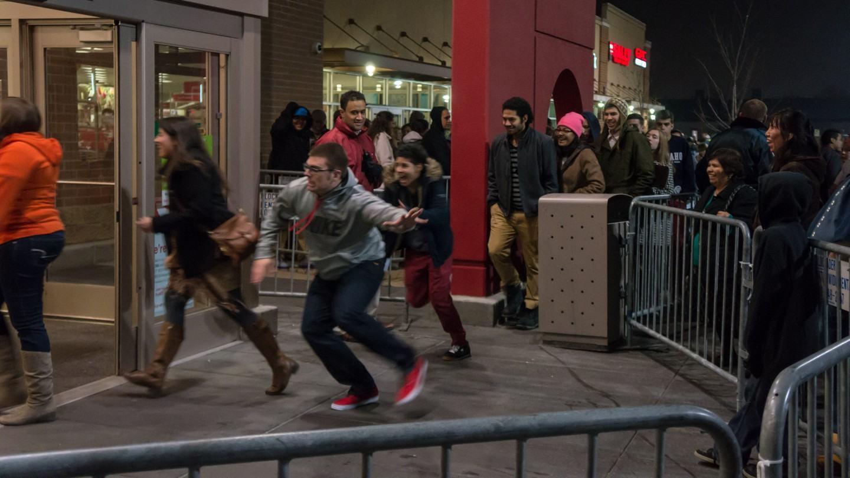 Pessoas correndo para loja que acabou de abrir.