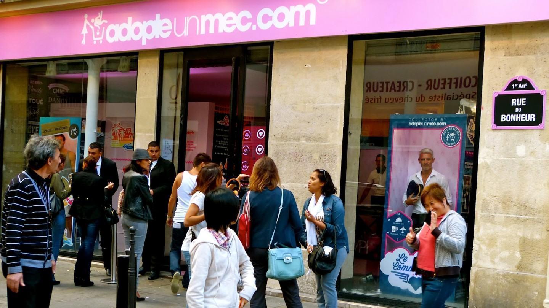 Fachada da loja do AdopteUnMec, em Paris.
