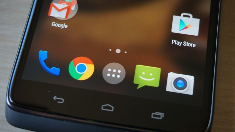 Detalhe da tela e botões táteis do Moto Maxx.