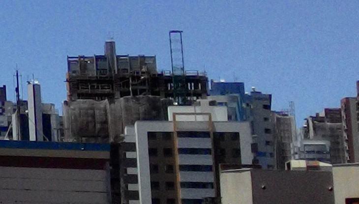 Prédios contra o céu azul em foto feita com o Zenfone 6.