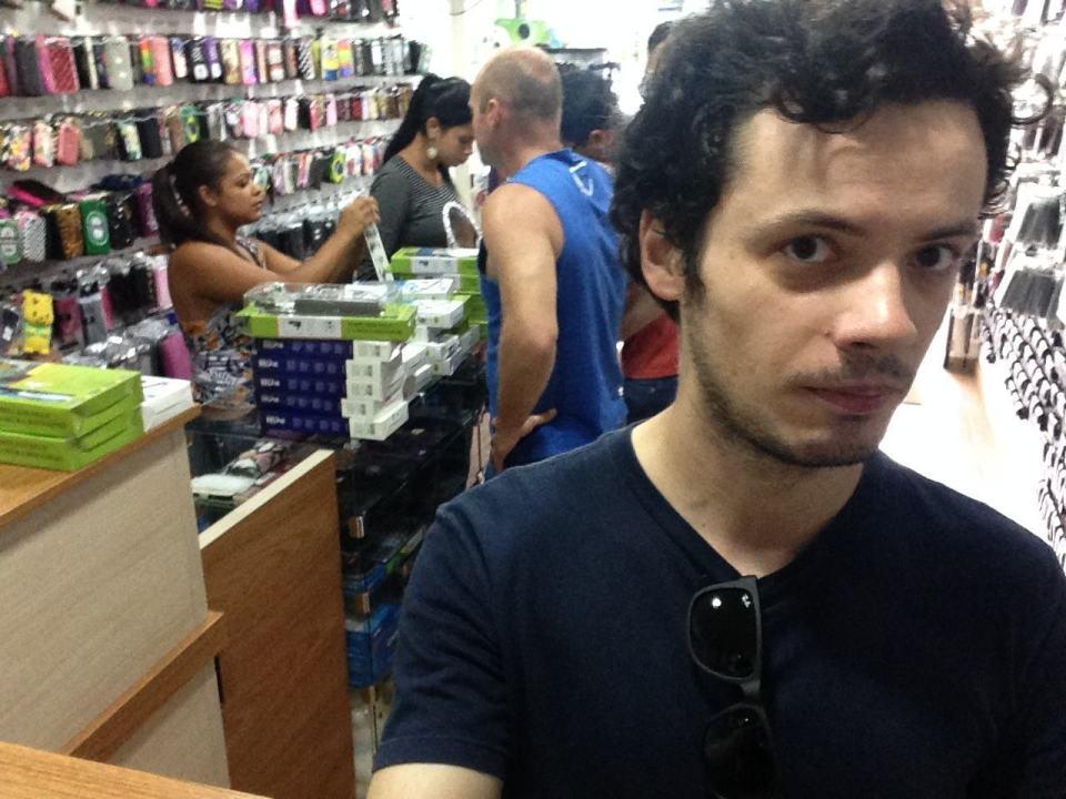 Eu, na loja, comprando um pau de selfie.