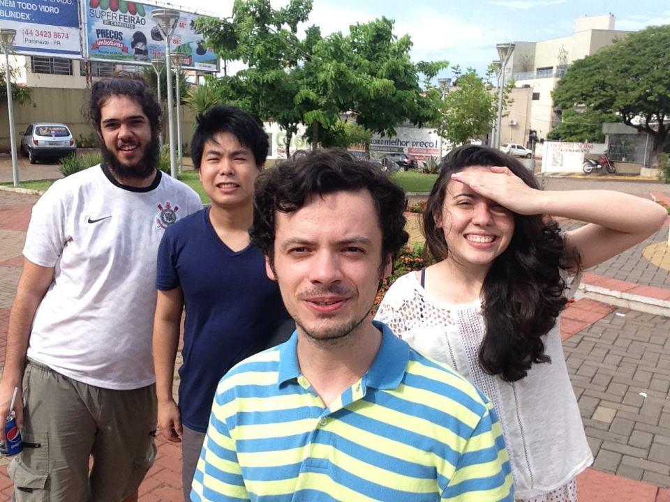 Grupo de amigos celebrando o pau de selfie.
