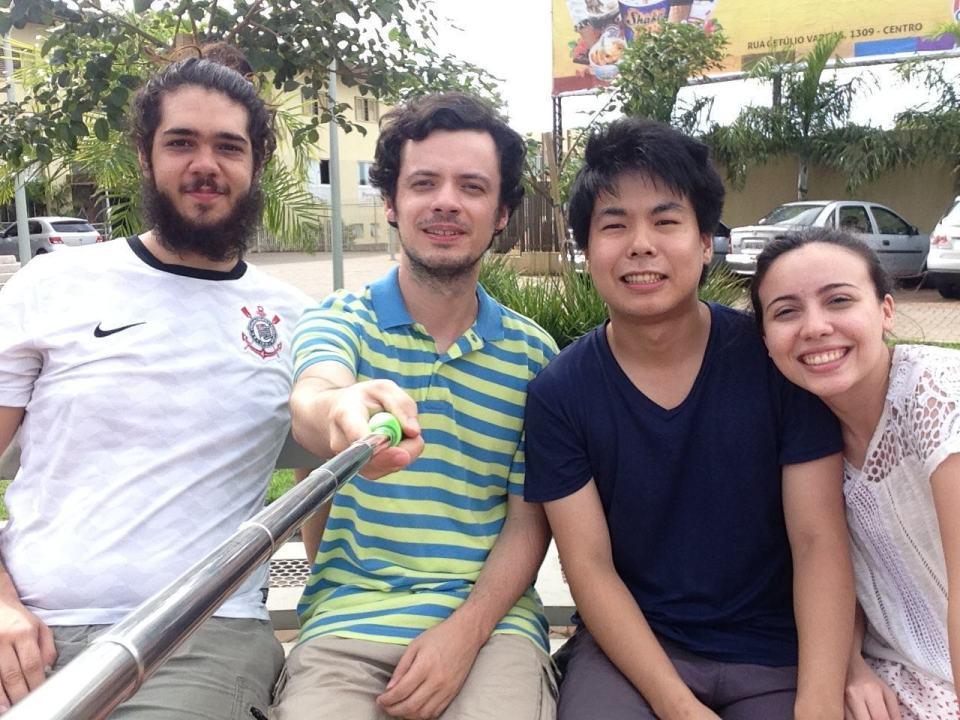 Foto em grupo com o pau de selfie à mostra.