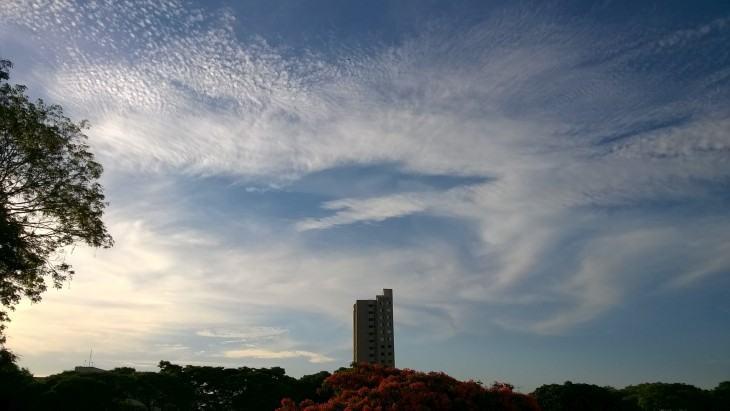 Foto do céu com um prédio no horizonte feita com o Lumia 730.