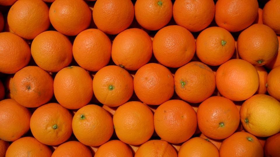 Um punhado de laranjas lado a lado.