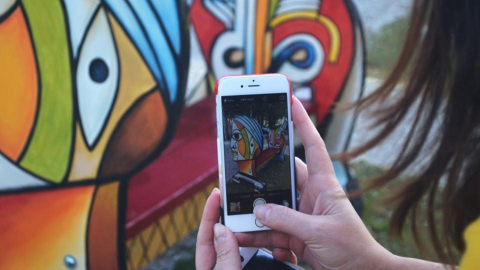 Salvador Dalí pela tela do smartphone.